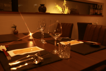 テーブルとグラスの写真