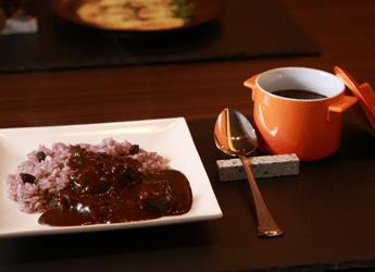 写真: 特製 欧風 牛肉黒カレー 赤ワインバターライス